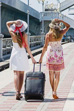 Ut på tur? Ikke la den gode hudpleierutinen bli igjen hjemme. Finn favorittene dine i smarte reisestørrelser. God tur!