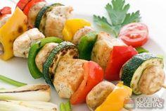 Receita de Espetinho de frango e legumes em receitas de aves, veja essa e outras receitas aqui!