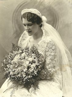::::::::: Vintage Photograph :::::::::   Amazing clear photograph of a beautiful bride.  Circa 1930s