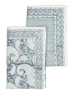 Set med två kökshanddukar i paisleymönster och randig från Chamois. Blå och vit handdukar.