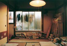 都築響一 Japan Room, Tatami Room, Japan Interior, Traditional Japanese House, Sleep On The Floor, Light And Space, Screen Design, Home Bedroom, Norwegian Wood