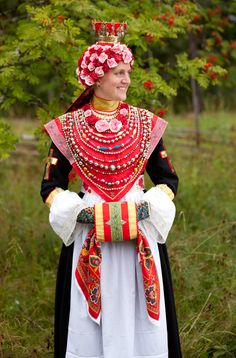 Beautiful traditional bridal outfit from Rättvik, Sweden. This type folkdräkt was very costly and usually owned by the parrish and loaned to the bride. Photo by Laila Duran
