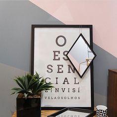 """Lindas as cores dessa parede os espelhos refletindo tantos detalhes e no meio disso tudo o pôster """"Invisível"""" da coleção que desenhamos especialmente para a @oppadesign.  Essa foto ficou incrível. - Conheça todos os pôsteres dessa parceria e transforme as suas paredes: www.oppa.com.br - #nacasadajoana #abaixoasparedesvazias #pôster #posters #quadros #enquadrados #design #decoração #decor #interiordesign #pinterest #meunacasadajoana #casa #lar #opequenopríncipe"""