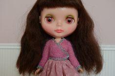 Roze superkid mohair lange mouwen ballet wrap stijl trui met gehaakte contrast zilveren rand.  Voor Blythe, pullip, dal enz door buttoncottage op Etsy https://www.etsy.com/nl/listing/232770674/roze-superkid-mohair-lange-mouwen-ballet
