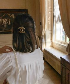 Parisian chic outfit details - white blouse, pearl strap and Chanel hair clip Hair Day, My Hair, Hair Inspo, Hair Inspiration, Pretty Hairstyles, Wedding Hairstyles, Growing Out Bangs, Grunge Hair, Face Shapes