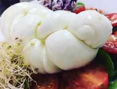 Mozzarella-Zopf... ...jetzt noch ein paar #hashtags:  #burgmanns  #restaurant  #weilheim  #esslingen  #stuttgart  #kirchheim  #lecker  #familienbetrieb  #aufdiehand  #aufdenteller  #weilheimlebt  #glasklar #steak  #veggie  #salat  #wein  #bier  #limo  #vivaconagua #mozzarella