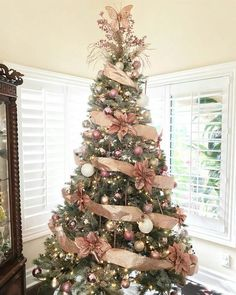 Rose Gold Christmas Tree Decorations Ideas - How To Update Your Holiday Decor With A Rose Gold Christmas Tree Rose Gold Christmas Tree, Beautiful Christmas Trees, Christmas Tree Themes, Elegant Christmas, Noel Christmas, Xmas Decorations, Xmas Tree, Rose Gold Christmas Decorations, Christmas Projects