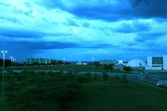 Visto da plataforma superior da Rodoviária do Plano Piloto, o céu de Brasília contrasta com as construções tão características.