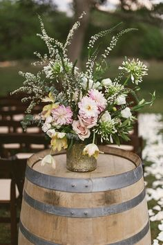 Pretty floral decor on barrel❣ Wedding designed & coordinated by The Simplifiers & captured by Sunny 16 Photography❣ weddingchicks.com