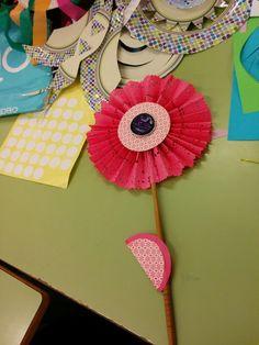 flor con papel de blonda doblado