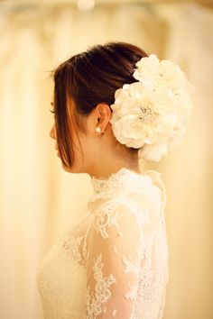 ヒルトン東京ベイにてご結婚式  フランスレースのハイネック、ロングスリーブのクラシカルで清楚なウェディングドレス ♪ アーネラクロージングオリジナルのフラワーモチーフのヘッドドレスがとってもお似合いです! ホテルや大聖堂など神聖な会場でご結婚式を行う花嫁様におすすめのコーディネート♪