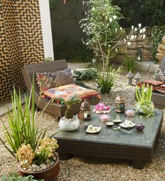 El jardín oriental llama a la introspección. Es ese rincón que necesitas en tu casa para desconectarte y darte unos momentos para meditar. Un lugar cómodo, minimalista y lleno de detalles. ¡Pinéalo en #MiJardinPerfecto!  #Primavera  #Deco #Terraza # #Hogar #easychile #easytienda #easy #Concurso #Jardin #Zen Zen, Beauty Magic, Outdoor Furniture Sets, Outdoor Decor, Exterior Design, Table Settings, Table Decorations, Google, Home Decor