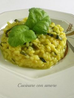 Ciao a tutti oggi vi presento un primo semplice da preparare, leggero e dal gusto delicato, il risotto con zucchine, con aggiunta di basilico e zafferano.