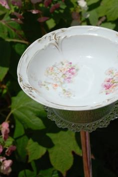 Today I have a really fun and easy tutorial for you all, a little bird bath made of old china and glass. In just a few steps you can make this sweet addition for your garden. Vintage Bowls, Vintage China, Small Birds, Little Birds, Diy Bird Bath, New Things To Try, Garden Totems, Diy Bird Feeder, My Secret Garden