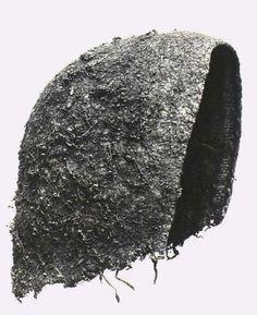 Mandens dragt i bronzealderen:  Huer. Der er fundet huer i flere mandsgrave fra bronzealderen. Der findes to typer: de omhyggeligt forarbejdede rundpuldede huer, og de mere simple huer. De rundpuldede huer er fundet i egekistegravene fra Borum Eshøj A i Østjylland, i Trindhøj og Guldhøj i Sydjylland og i Muldbjerg i Vestjylland. De rundpuldede huer består af flere lag tekstil, der blev stukket sammen. På ydersiden er der påsyet et tæt lag af tynde tråde med filtede knuder. Denne teknik…