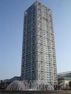 El HOTEL ARTS de Barcelona es un edificio emblemático de Barcelona (Cataluña, España). Fue construido entre 1991 y 1992 a la entrada del puerto olímpico que se construyó en Barcelona con motivo de los Juegos Olímpicos de 1992. Preside dicha zona junto con la vecina Torre Mapfre, que tiene una altura idéntica. Consta de 44 plantas y tiene 154 metros de altura. Diseñada por el arquitecto Bruce Graham, propiedad de Deutsche Bank