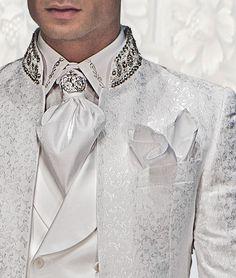Weißes Hemd mit Silber-Stickerei und Ascot mit Einstecktuch farblich abgestimmt.