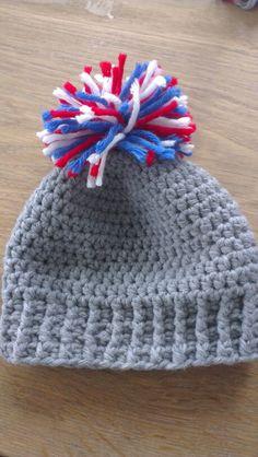 Gehaakt grijs babymutsje met rood/wit/blauwe pompon (crocheted grey baby beanie with red/white/blue pompon)