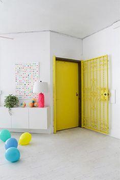El colorista nuevo estudio de OhHappyDay. ¡Me lo quedo todo! News Studio, Home Studio, Decoracion Vintage Chic, Yellow Doors, Old World Charm, House Colors, Living Spaces, Room Decor, Diy