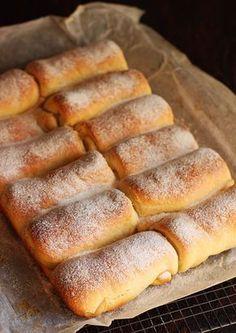 Reteta de mini strudele cu branza. Imi plac foarte mult strudele, dar nu le mai cumpar din magazin pentru ca nu am incredere in ingredientele pe care le contin. Prefer sa fac strudele de caasa, mai ales ca se pregatesc simplu, nu necesita foarte multe ingrediente si sunt delicioase... Albanian Recipes, Bosnian Recipes, Croatian Recipes, Fun Desserts, Delicious Desserts, Dessert Recipes, Cake Recipes, Focaccia Bread Recipe, Kolaci I Torte
