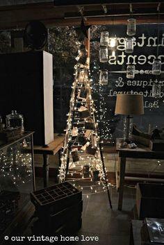 Decorare una scala per Natale. Ecco per voi oggi una selezione di 20 idee per decorare il Natale con creatività! Un vecchia scala potrebbe risultare molto..