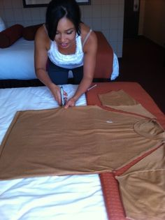 DIY Pocahontas costume- no sewing required, and less than five dollars! Halloween Kostüm, Holidays Halloween, Couple Halloween, Pocohantas Costume, Indian Costumes, Diy Halloween Costumes, Costume Ideas, Costumes Kids, Thinking Day