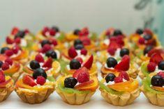 Svatební cukroví. Jaké nesmí chybět na svatební tabuli a na kolik vyjde | WeddingMag Cupcake Shops, Cupcakes, Top 5, Diy Food, Fruit Salad, Cheesecake, Meals, Wedding, Drinks