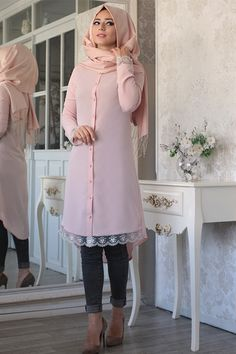 Enjoy such Hijab fashion with kurta and jeans to become com Tesettür Tunik Modelleri 2020 Muslim Women Fashion, Arab Fashion, Islamic Fashion, Girl Fashion, Fashion Outfits, Fashion Looks, Modest Wear, Modest Outfits, Modest Fashion