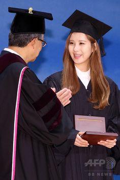 韓国・ソウル(Seoul)の東国大学校(Dongguk University)で行われた秋季学位記授与式で、功労賞を受賞したガールズグループ「少女時代(Girls' Generation、SNSD)」のソヒョン(Seohyun、2014年8月21日撮影)。(c)STARNEWS ▼26Aug2014AFP|少女時代ソヒョン、大学卒業式で功労賞を受賞 http://www.afpbb.com/articles/-/3024074