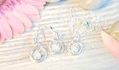 Korusetti hopeoidusta metallilangasta valkoisilla lasihelmillä – I feel. Diy Jewelry, Jewelry Making, Earrings, Handmade, Design, Fashion, Ear Rings, Moda, Stud Earrings