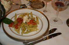 Ensalada de pasta roma con tomate, mozzarella y aceite de albahaca