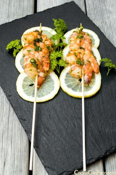 What a nice way to present prawns - love the slices of lemon to add a bit of colour to this food presentation. Great for a buffet or barbeque idea. Food Recipes For Dinner, Food Recipes Keto Easy Healthy Recipes, Gourmet Recipes, Cooking Recipes, Dinner Recipes, Fancy Food Presentation, Gourmet Food Plating, Food Plating Techniques, Food Porn, Prawn Recipes