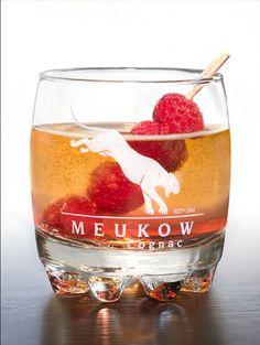 Meukow PINK LOVE - Serve 2cl of Meukow VSOP Cognac and 1cl of raspberry liqueur. Fill the glass with Champagne and decorate with raspberries. Versez 2cl de cognac Meukow VSOP et 1cl de liqueur de framboise. Allongez avec du champagne et décorez avec des framboise.