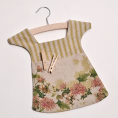 idea for clothespin peg bag Easy Sewing Projects, Sewing Hacks, Sewing Crafts, Diy Crafts, Porta Lingerie, Clothespin Bag, Peg Bag, Plastic Bag Holders, Bag Pins