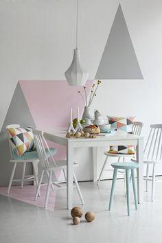 geometrische Motiven in Grau und Rosa an der Wand