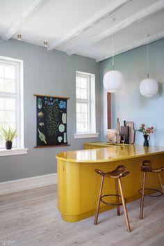 Et gult køkken som faktisk ser moderne ud Natural Stone Backsplash, Inspiration Design, Interior Inspiration, Walnut Dining Table, Scandinavian Kitchen, Painting Kitchen Cabinets, Yellow Kitchen Cabinets, Yellow Kitchen Tables, Bespoke Kitchens