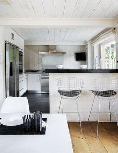 LOVE THOSE STOOLS !!!  CREATIVE LIVING - where Scandinavian Interior Design meet International Trends: All black and white. En stuga i Schweiz