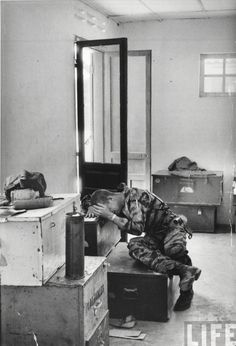 Marine lance corporal James C. Farley crying over the death of friends, by Larry Burrows, Da Nang, 1965