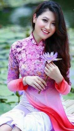 Cute babes Karachi escorts - escorts in Karachi - call 03006921177 Vietnamese Traditional Dress, Vietnamese Dress, Traditional Dresses, Japanese Wife, Oriental Fashion, Female Poses, Ao Dai, Beautiful Asian Girls, Flower Dresses