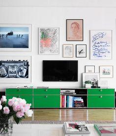 SALON: Exemple de console basse pour le télévision avec TV au mur.