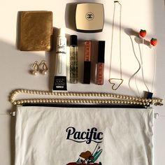 みんなのバッグの中身って何が入っているの? 気になっている人、意外とたくさんいるのではないでしょうか。 そこで今回はバッグの中身を公開している人の画像をピックアップしてみました! What In My Bag, What's In Your Bag, Makeup Pouch, Cosmetic Pouch, Beauty Vanity Case, My Bags, Purses And Bags, Inside My Bag, What's In My Purse