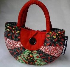 Image result for bolsas feitas de tecido Rag Quilt Purse, Bag Quilt, Patchwork Bags, Quilted Bag, Backpack Purse, Tote Bag, Homemade Bags, Shabby Chic Stil, Craft Bags