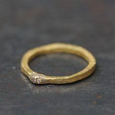 Alliance sertie de diamants or mat 18K Esther Assouline, création joaillerie artisanale made in Paris.