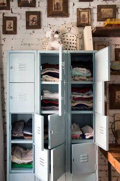l 39 armoire 2 portes m tal hiba parfaite en soupente l 39 armoire style vestiaire reprend les codes. Black Bedroom Furniture Sets. Home Design Ideas