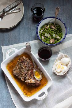 L'agnello al forno del pranzo di Pasqua in Toscana, da servire con contorno di piselli alla fiorentina. Come antipasto le uova sode e per finire la schiacciata di Pasqua