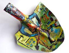 Ugo Mainetti, ein Art Brut-Künstler aus dem Veltlin, in der Nähe der Schweizer Grenze in Italien, war ursprünglich Metzger, betrieb während Jahren eine eigene Metzgerei, in welcher er zunächst seine gemalten Träume ausstellte. Dann gab er sie auf und konzentrierte sich auf das Malen. Neben Tafelbildern bemalt er gelegentlich Objekte wie Bügeleisen oder Sandaletten oder wie diese Schaufel...