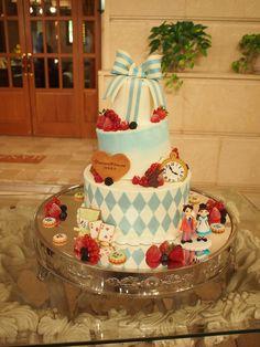 「アリス」をテーマに作りました。トランプや時計、ケーキも傾いています。おふたりのピエスモンテもこだわりの作品です。