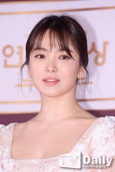 Spring - Song Hye-kyo (This dress for Descendants of the Sun premiere was amazing! The Most Beautiful Girl, Beautiful Asian Girls, Korean Beauty, Asian Beauty, Korean Celebrities, Celebs, Songsong Couple, Song Hye Kyo, Korean Actresses
