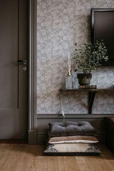 Höstmys med tända ljus 💭 Så går våra tankar när vi bekantar oss med denna underbara bordslampa, eller vad säger ni?❣️ Ottoman, Vanity, Lighting, Chair, Instagram, Furniture, Home Decor, Design, Videos