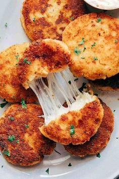 Πατατοκροκέτες με τυρί και ζαμπόν Υλικά 4 φλιτζ. πατάτες λιωμένες, 2 φλιτζ. τριμμένη μοτσαρέλα, 1 αυγό, 1/4 φλιτζ. αλεύρι 2 σκελίδες σκόρδο λιω